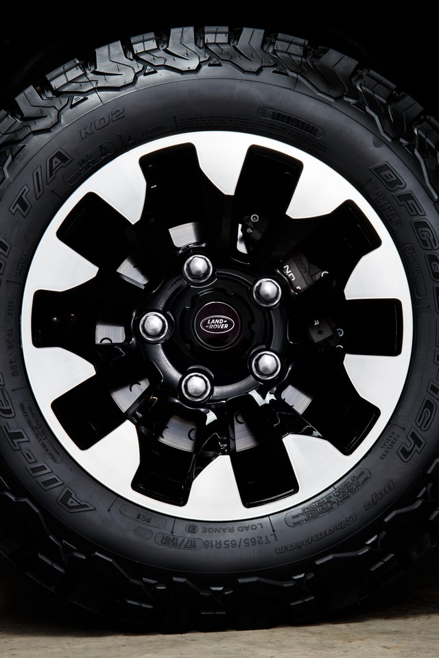Land Rover lance une version V8 du Defender pour célébrer ses 70 ans C3306bef2239050ad92f